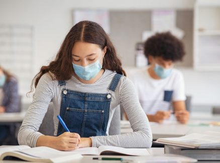 Студенты и школьники, обучения во время коронавирусной пандемии